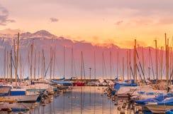 Coucher du soleil au-dessus de la petite marine sur le lac Leman Photo libre de droits