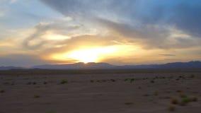 Coucher du soleil au-dessus de la région sauvage de désert banque de vidéos
