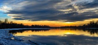 Coucher du soleil au-dessus de la rivière. Photographie stock libre de droits