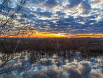 Coucher du soleil au-dessus de la rivière, avril Photographie stock