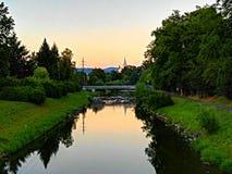 Coucher du soleil au-dessus de la rivière Becva Image stock