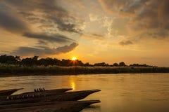 Coucher du soleil au-dessus de la rivière de Rapti dans Sauraha photo stock