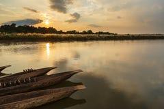 Coucher du soleil au-dessus de la rivière de Rapti dans Sauraha photographie stock libre de droits