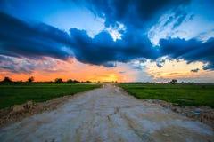 Coucher du soleil au-dessus de la route Image libre de droits