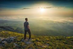 Coucher du soleil au-dessus de la vallée brumeuse photo libre de droits