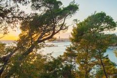 Coucher du soleil au-dessus de la vieille ville de Rab, île de Rab, Croatie photo libre de droits