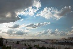 Coucher du soleil au-dessus de la ville Photographie stock libre de droits