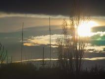 Coucher du soleil au-dessus de la ville entre les nuages Photographie stock