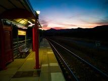Coucher du soleil au-dessus de la voie de train photographie stock