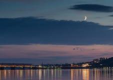 Coucher du soleil au-dessus de la Volga pendant l'heure bleue dans Ulyanovsk photographie stock