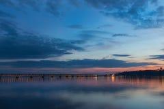 Coucher du soleil au-dessus de la Volga pendant l'heure bleue dans Ulyanovsk photo stock