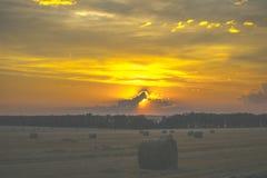 Coucher du soleil au-dessus de la zone haystack photos stock