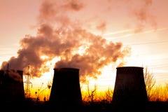 coucher du soleil au-dessus de la zone industrielle Image libre de droits