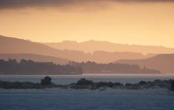 Coucher du soleil au-dessus de lac à Dunedin, Nouvelle Zélande Image libre de droits