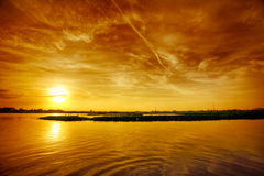 Coucher du soleil au-dessus de lac Image stock
