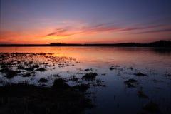 Coucher du soleil au-dessus de lac photographie stock libre de droits