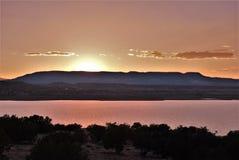 Coucher du soleil au-dessus de lac Abiquiu images stock