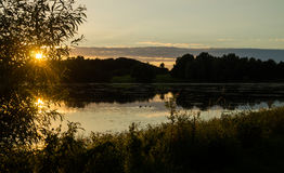 Coucher du soleil au-dessus de lac au Danemark Photos libres de droits