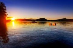 Coucher du soleil au-dessus de lac calme Images libres de droits