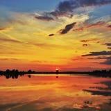 Coucher du soleil au-dessus de lac calme Photos stock