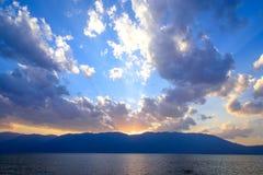 Coucher du soleil au-dessus de lac Erhai, Dali, province de Yunnan images stock