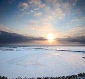 Coucher du soleil au-dessus de lac figé image libre de droits