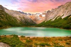 Coucher du soleil au-dessus de lac laguna Esmeralda en Tierra del Fuego photos stock