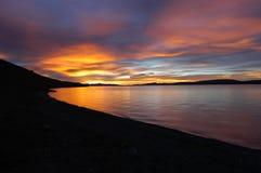 Coucher du soleil au-dessus de lac Namtso Images stock