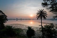 Coucher du soleil au-dessus de lac tropical Image libre de droits