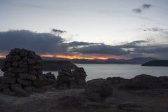 Coucher du soleil au-dessus de lac Umayo chez Sillustani près de Puno image stock