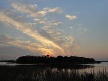 Coucher du soleil au-dessus de lac Ushiku en hiver tôt photo libre de droits