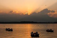 Coucher du soleil au-dessus de lac Viverone Images libres de droits