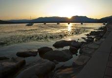 Coucher du soleil au-dessus de lac Viverone, Italie Photo libre de droits