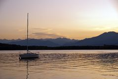 Coucher du soleil au-dessus de lac Viverone, Piemonte, Italie Photographie stock