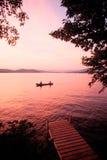 Coucher du soleil au-dessus de lac Winnipesaukee, NH avec le canoë Image libre de droits