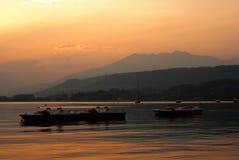 Coucher du soleil au-dessus de Lago Viverone Photographie stock libre de droits