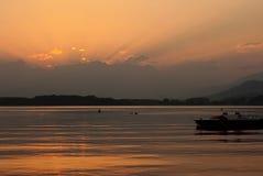 Coucher du soleil au-dessus de Lago Viverone Image stock