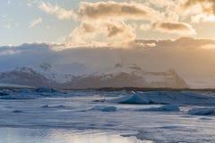 Coucher du soleil au-dessus de lagune de saison d'hiver de Jakulsarlon, Islande Photos libres de droits