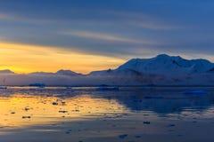Coucher du soleil au-dessus de lagune idyllique avec des montagnes et des icebergs dans le Ba Photo stock