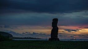 Coucher du soleil au-dessus de laps de temps simple de Moai en île de Pâques banque de vidéos