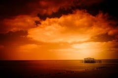 Coucher du soleil au-dessus de littoral de Brighton photographie stock libre de droits