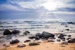 Coucher du soleil au-dessus de littoral rocheux Images libres de droits