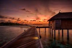 Coucher du soleil au-dessus de Maldivien Watervilla Photo stock