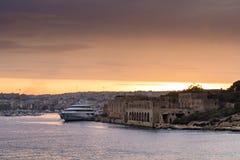 Coucher du soleil au-dessus de Manoel Island, de marina de Msida et de port de Marsamxett, Images libres de droits
