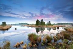 Coucher du soleil au-dessus de marais dans Drenthe Image stock