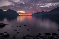 Coucher du soleil au-dessus de Medfjord, fjord de mer à l'intérieur d'île Senja au delà du cercle polaire Images libres de droits