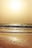 Coucher du soleil au-dessus de mer à Dubaï, EAU Photo libre de droits