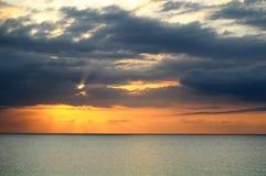Coucher du soleil au-dessus de mer à Montego Bay, Jamaïque Photos stock