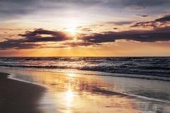 Coucher du soleil au-dessus de mer Images libres de droits