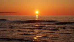 Coucher du soleil au-dessus de mer Image stock